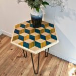 table_marqueterie_hexagonale_bleu_jaune_naturel_liedekerke_maison-lk_lk_3
