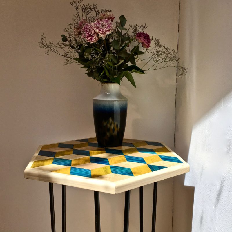 table_marqueterie_hexagonale_bleu_jaune_naturel_liedekerke_maison-lk_lk_5
