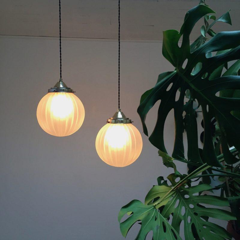 Paire de suspensions boule en verre sablé vue allumée plante_Maison_Liedekerke_maison-lk