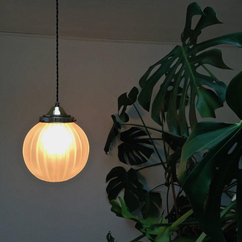 Paire de suspensions boule en verre sablé vue allumée seule plante_Maison_Liedekerke_maison-lk
